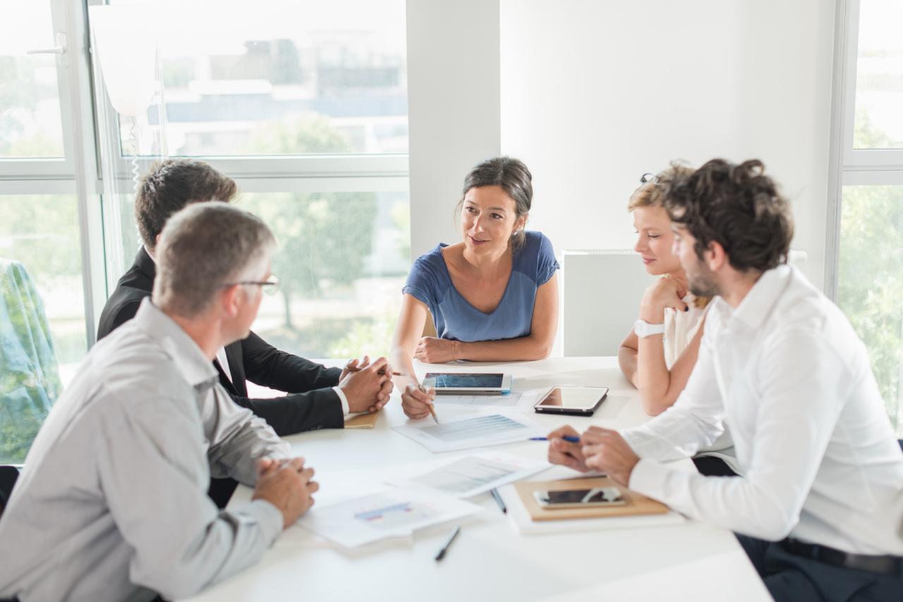 como-trabalhar-com-gestao-publica - mulher falando em reunião com colegas