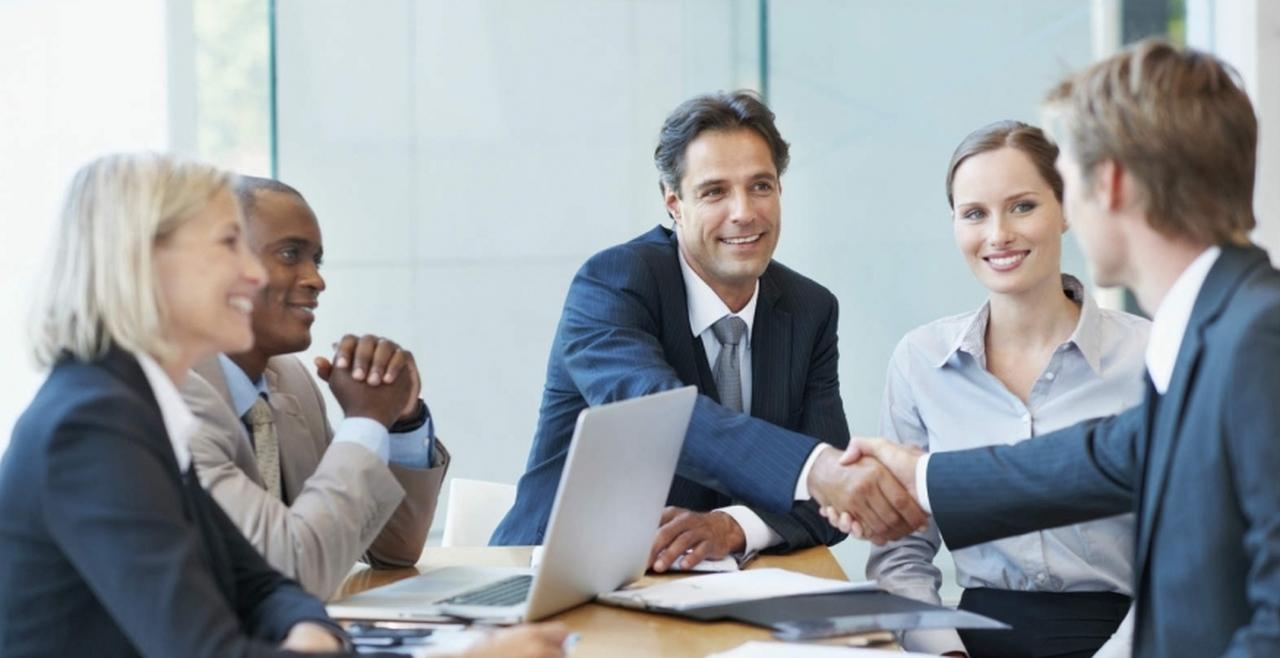 gestao-publica - homem em reunião cumprimentando colega